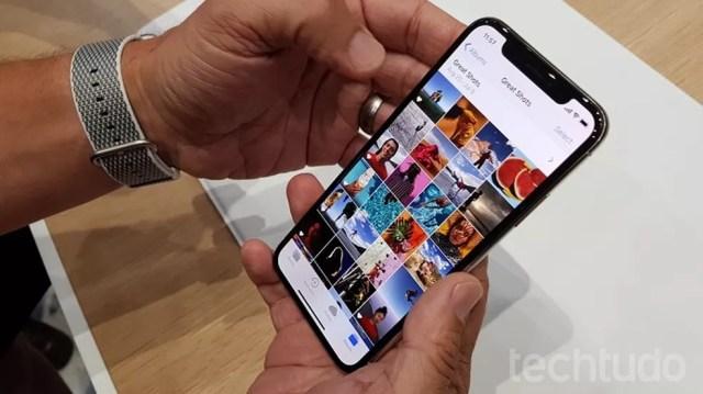 Tela OLED do celular da Apple é considerada superior (Foto: Thássius Veloso/TechTudo)