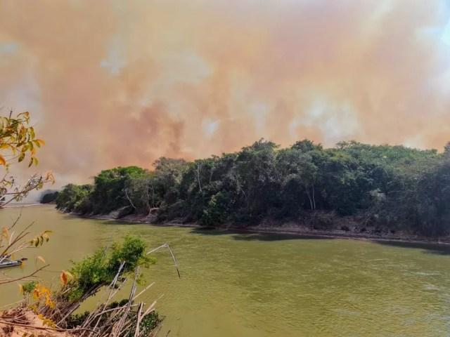 Incêndio atinge a Baía das Pombas, às margens do Rio Paraguai — Foto: Divulgação