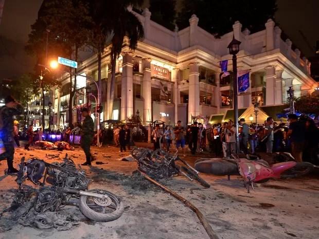 Pessoas observam carcaças de motos destruídas pela explosão em Bangcoc, capital da Tailândia (Foto: Pornchai Kittiwongsakul/AFP)