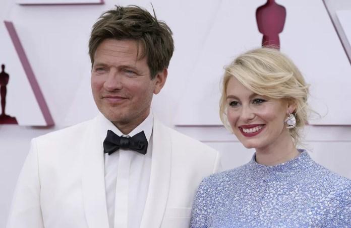 Thomas Vinterberg, diretor de 'Druk', posa ao lado de Helene Reingaard Neumann no Oscar 2021 — Foto: AP Photo/Chris Pizzello