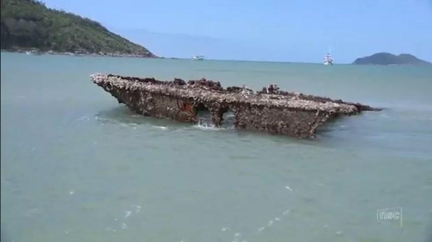 Destroços do navio Guarará puderam ser vistos na praia do Pântano do Sul (Foto: Reprodução/NSC TV)