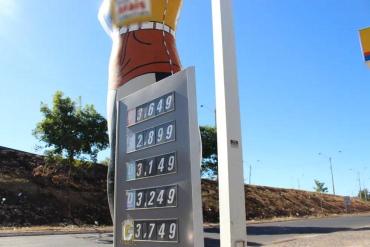 No bairro Lourival Parente, em Teresina, um dos postos amanheceu com os preços dos combustíveis reajustados (Foto: Junior Feitosa/ G1)