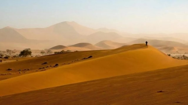 Com pelo menos 55 milhões de anos, o deserto da Namíbia é considerado o mais antigo do mundo — Foto: BBC