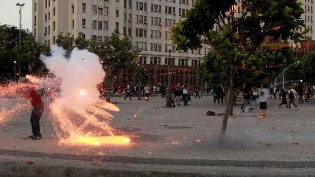 Sequência de fotos do momento em que o cinegrafista Santiago Andrade é atingido por um rojão durante protesto no Rio rendeu prêmio a fotógrafo d'O Globo' (Foto: Domingos Peixoto/Agência O Globo)