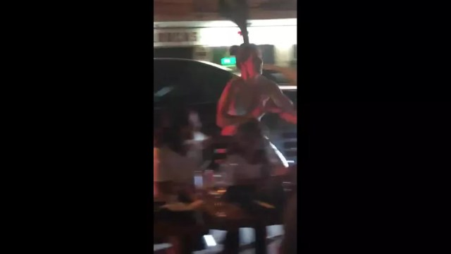 Mulher que passava em carro conversível briga com arquiteta após ser atingida por garrafa de água — Foto: Reprodução