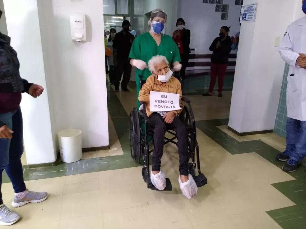 Equipe do hospital também comemorou alta de idosa que mora em Miracatu, SP — Foto: Dione Aguiar/G1