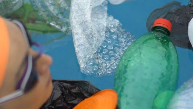 Poliana nada em piscina de lixo para protestar — Foto: Ronaldo Gonçalo