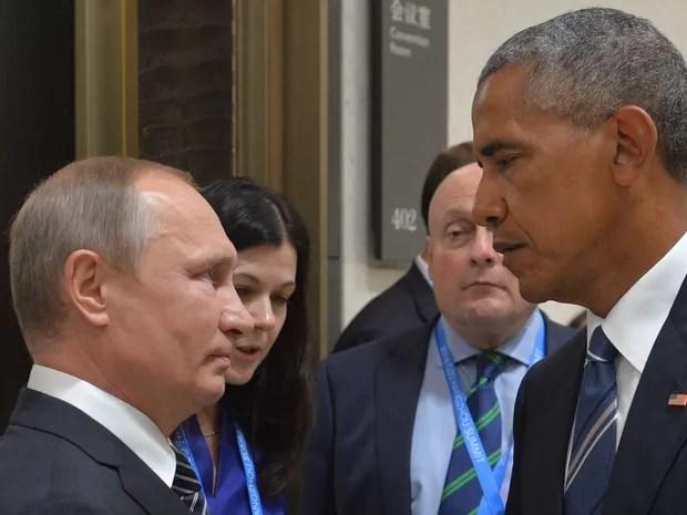 Os presidentes da Rússia e dos EUA, Vladimir Putin (esq.) e Barack Obama, trocam olhar sério durante cumprimento na 11ª Cúpula do G-20, em Hangzhou, na China (Foto: Alexei Druzhinin/AFP)