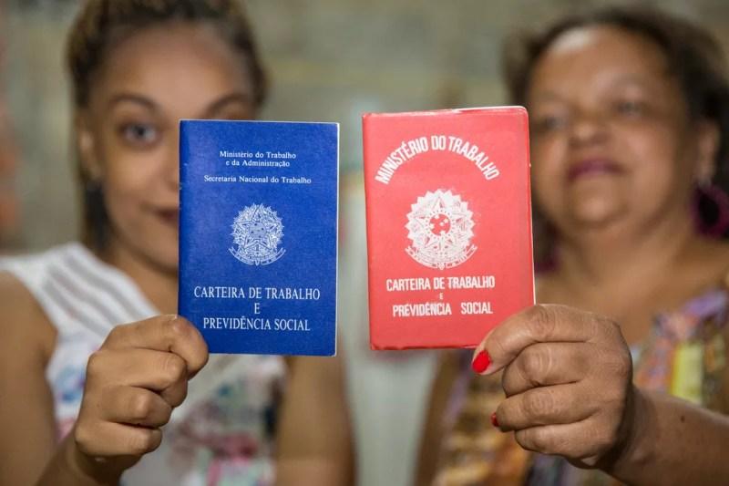 Geni Aparecida de Oliveira e a filha Natalie Flaviane de Moura; negros são minoria em cargos de gerência e profissões que exigem qualificação (Foto: Celso Tavares/G1)