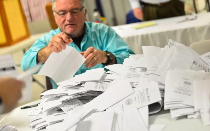 Wayne Gallagher ajuda a contar votos das 'midterms' em Hinsdale, em New Hampshire, na terça-feira (6) — Foto: Kristopher Radder /The Brattleboro Reformer via AP