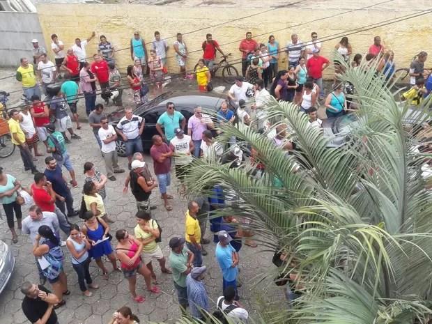 Servidores de Peruíbe se reunem do lado do fora do sindicato (Foto: Divulgação / Sintrape)