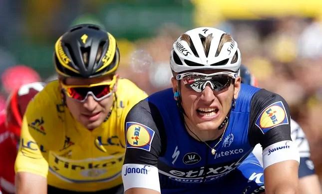 Kittel e todo seu esforço. Ao fundo, o camisa amarela Sagan, terceiro na etapa e líder geral do Tour de France