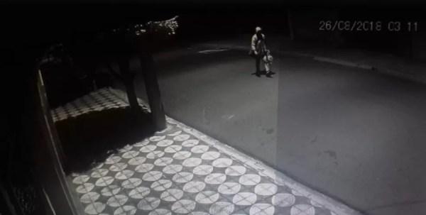 Foto mostra suspeito com possíveis objetos furtados de igreja (Foto: Igreja Sagrado Coração de Jesus/Divulgação)