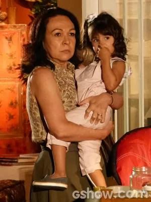 Iolanda está decidida a levar Bia (Foto: Em Família/TV Globo)