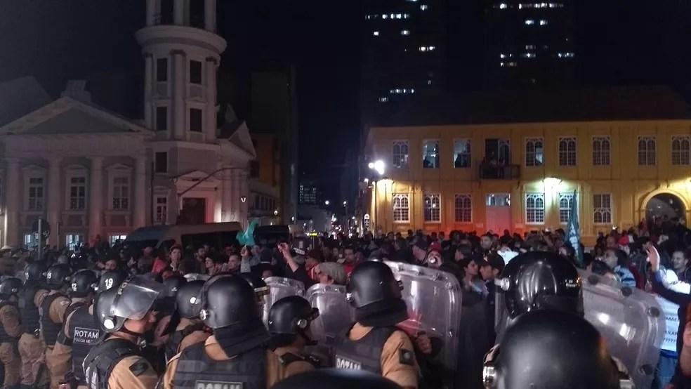 Polícia e manifestantes ocupam o Largo da Ordem (Foto: Carolina Wolf/RPC)