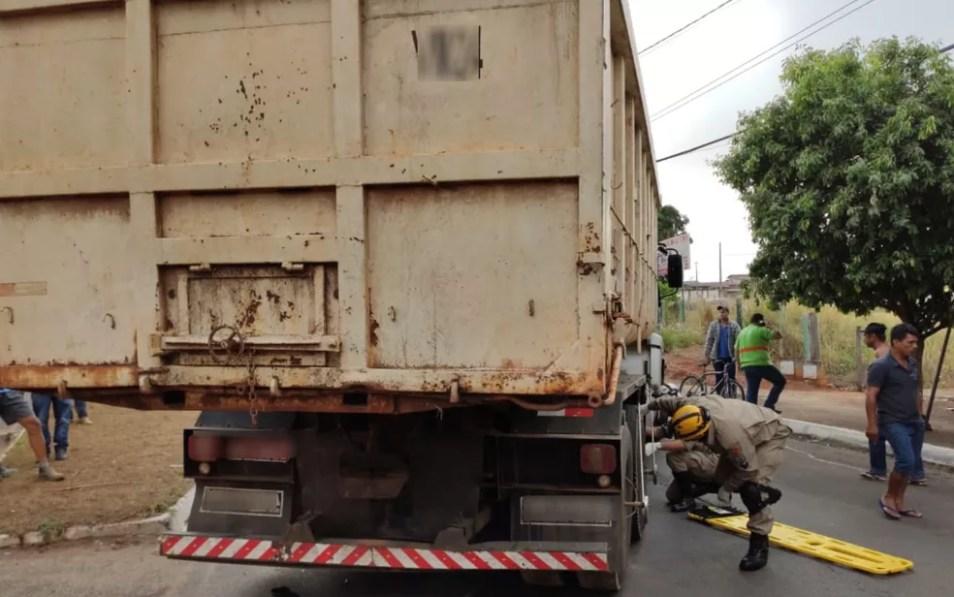 Carreta estava carregada de material de contrução, Goiás — Foto: Corpo de Bombeiros/Divulgação