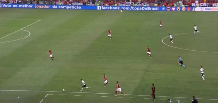 Lance comum no Maracanã: Clayson arranca pela esquerda e não tem para quem tocar — Foto: Reprodução