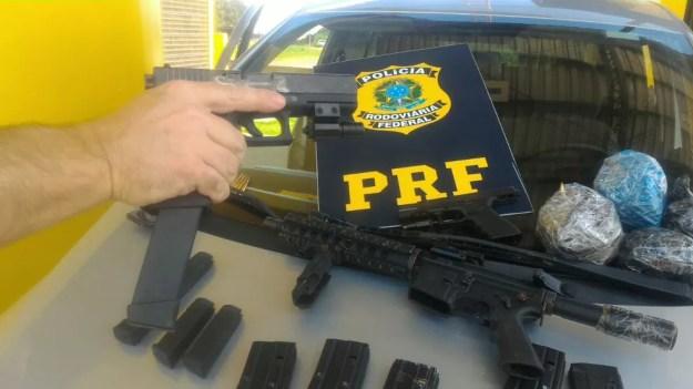No total, foram apreendidas duas pistolas 9 mm com mira laser, um fuzil calibre 5.56, nove carregadores e 773 cartuchos de munição para diversos calibres (Foto: PRF/Divulgação)