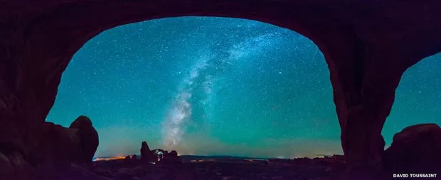 Esta vista panorâmica do céu à noite no Parque Nacional dos Arcos, no Utah, foi composta por David Toussaint a partir de mais de 20 cliques individuais (Foto: David Toussaint)
