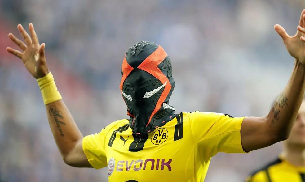 Máscara faz referência à Nike, patrocinadora pessoal de Auba (Foto: EFE/EPA/FRIEDEMANN VOGEL)