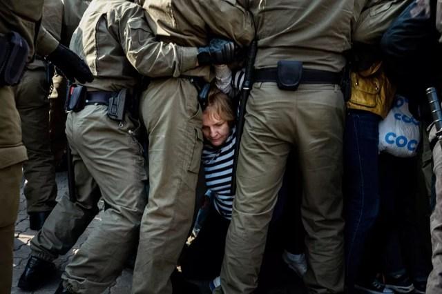 Policiais bloqueiam e detêm manifestantes da oposição em Minsk, Belarus, em setembro de 2020 — Foto: Misha Friedman/AP