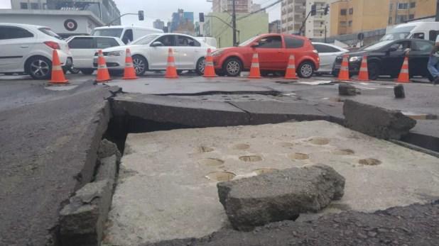 Chuva forte causou transtornos no trânsito, no Centro de Curitiba — Foto: Jorge Melo/RPC