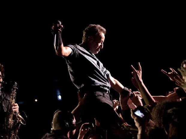 Bruce Springsteen se apoia no público em seu show em São Paulo (Foto: Caio Kenji/G1)