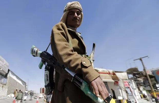 Miliciano houthi, grupo xiita, aparece armado em frente ao palácio presidencial de Sanaa, capital do Iêmen, nesta terça (20). (Foto: Khaled Abdullah/Reuters)
