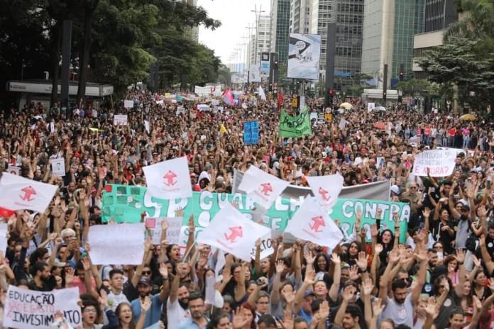 Estudantes protestam contra corte de verbas na educação na Avenida Paulista — Foto: Fabio Tito