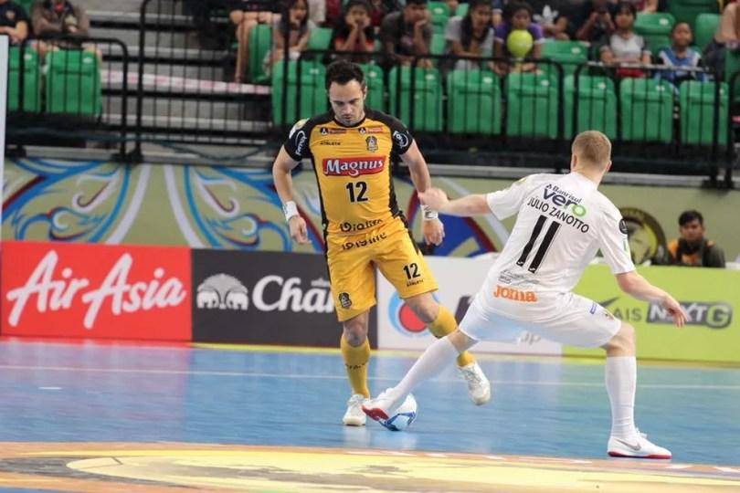 Falcão em ação contra o Carlos Barbosa; camisa 12 faturou o segundo título mundial de título da carreira e pelo Sorocaba (Foto: Guilherme Mansueto/Magnus Futsal)