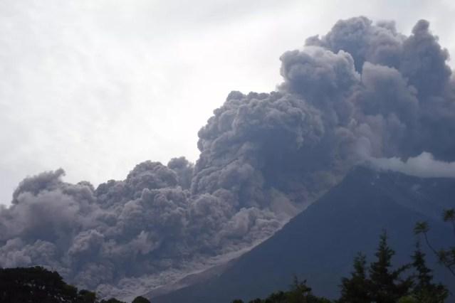 Erupção do Vulcão de Fogo vista da cidade de Alotenango, no departamento de Sacatepequez, no domingo (3)  (Foto: Orlando Estrada / AFP )