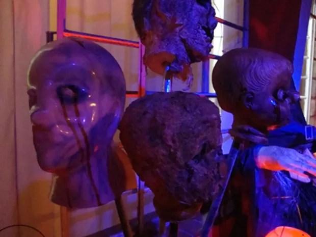 Cabeças de monstros fazem parte da decoração (Foto: Irene Bispo/Arquivo Pessoal)