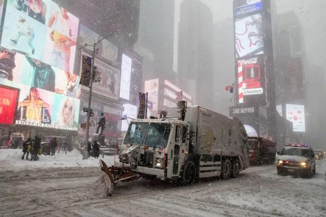 Caminhão limpa a neve sobre na Times Square, em Nova York (Foto: AP Photo/Mary Altaffer)