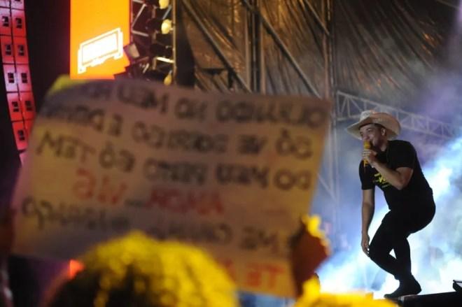 Fã segura cartaz em homenagem ao cantor Wesley Safadão na Festa do Peão de Americana — Foto: Júlio César Costa