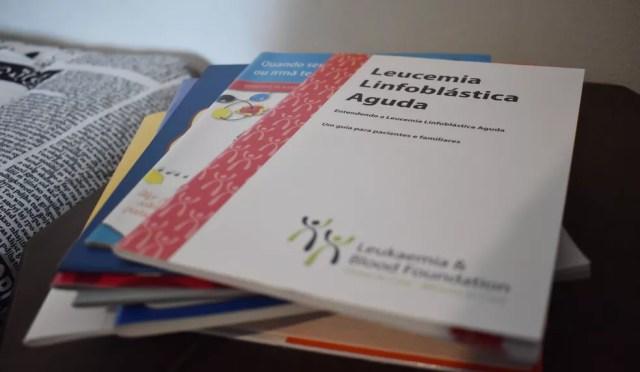 Livros sobre leucemia ainda estão ao lado da cama de Álvaro Pagliarini, de 17 anos — Foto: Fernando Evans/G1