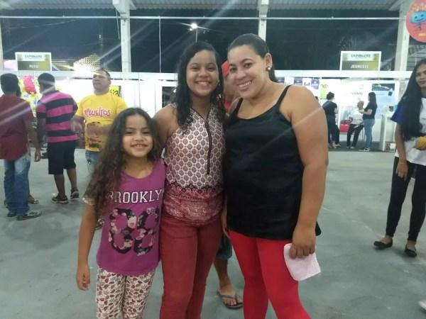 Rosana Macedo levou as sobrinhas para se divertir na Expoacre 2018 (Foto: Aline Nascimento/G1)