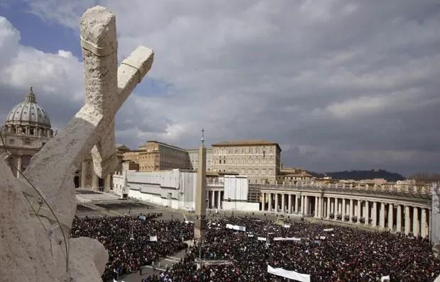 Milhares de pessoas comparecem à praça de São Pedro para a Hora do Ângelus (Foto: Max Rossi/Reuters)