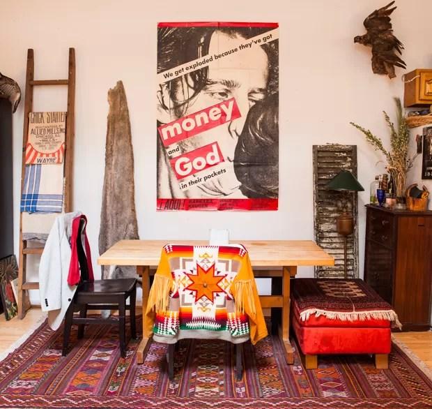 O pôster de Barbara Kruger, comprado por 40 dólares, vale mais de mil dólares. A jaqueta foi feita pela mãe indígena. (Foto: Lufe Gomes/Life by Lufe)