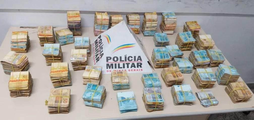PM contou o dinheiro e havia R$ 400 mil — Foto: Polícia Militar/Divulgação