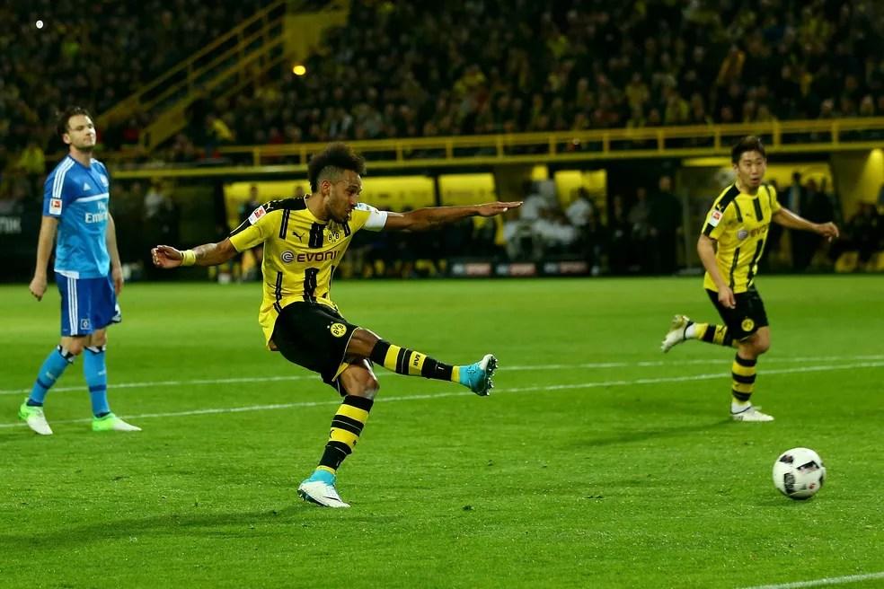 Aubameyang fez mais um para o Borussia (Foto: Christof Koepsel / Stringer via Getty Images)