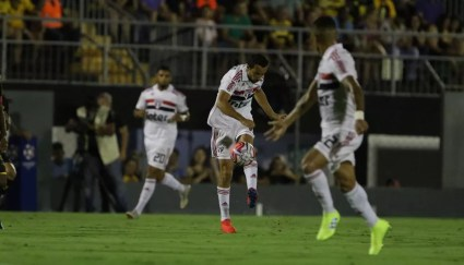 Nenê dá assistência para Everton pelo São Paulo — Foto: Rubens Chiri/saopaulofc.net