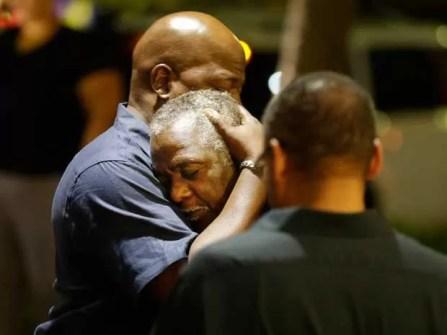 Frequentadores de igreja atacada em Charleston se abraçam após tiroteio (Foto: David Goldman / AP Photo)