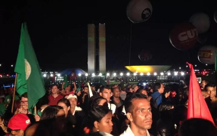 Público presente em manifestação contra o impeachment da presidente Dilma em Brasíla acompanha discurso em carro de som ao lado do Congresso