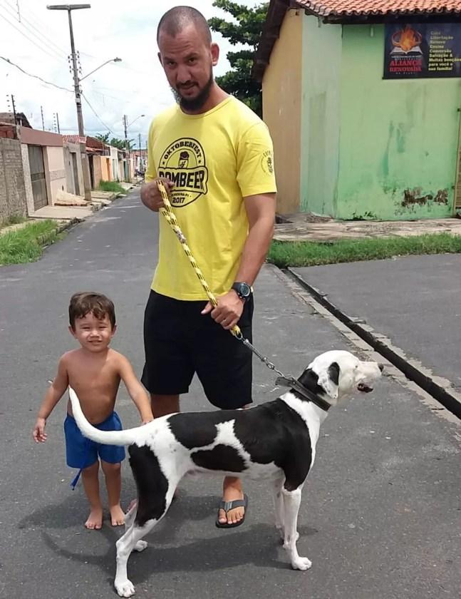 Eduardo com o filho Elias e o cachorro Ikki após reencontro em Teresina — Foto: Arquivo Pessoal/Eduardo Barros