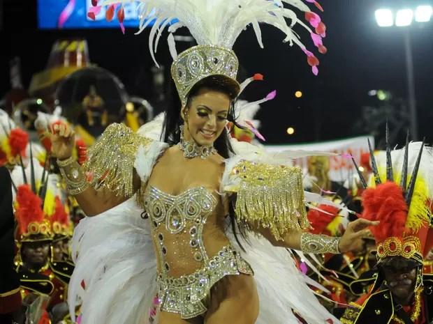 A dançarina Carla Prata, rainha da bateria da Grande Rio, desfila pela escola na Sapucaí (Foto: Alexandre Durão/G1)