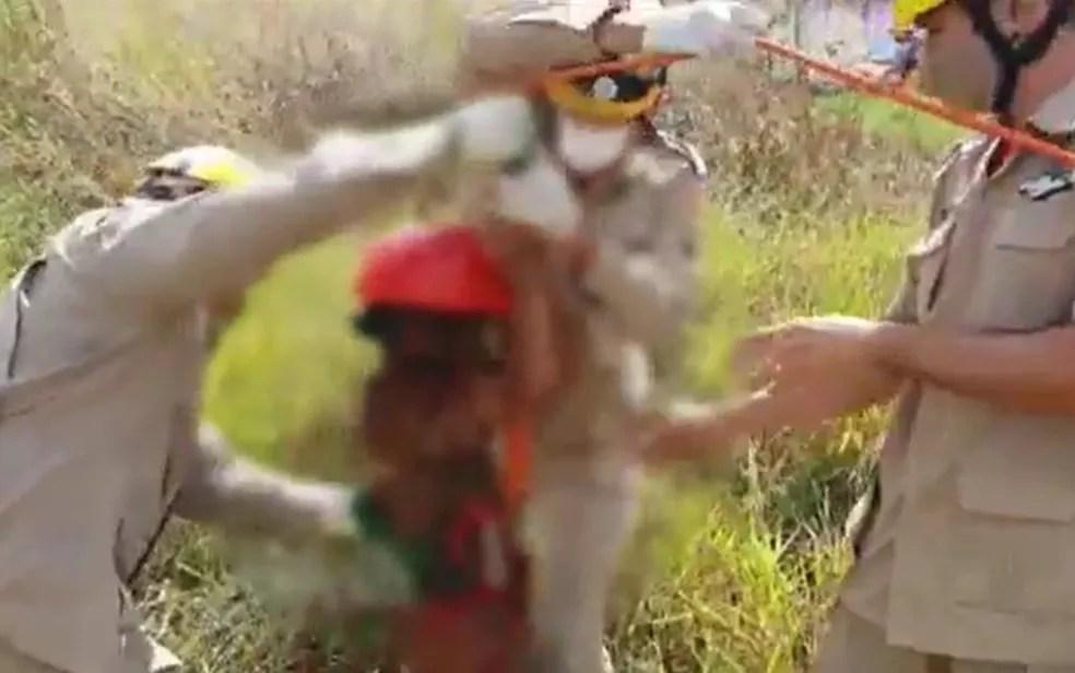 Bombeiros salvam menino que caiu dentro de cisterna ao tentar pegar pipa — Foto: Reprodução/Corpo de Bombeiros