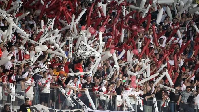 Torcida River Plate no Mineirão (Foto: Paulo Fonseca/EFE)
