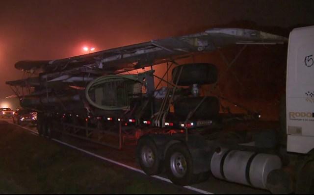 Uma carreta carrega as asas do avião e outra transporta a cabine da aeronave, em São José dos Pinhais — Foto: Tony Mattoso/RPC