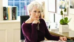 Baseado no livro de Lauren Weisberger, o filme conta a história de uma jovem que sonha se tornar jornalista respeitada, mas acaba trabalhando na revista de moda mais conceituada de Nova Iorque, onde precisa lidar com a guru da moda e chefe exageradamente exigente, Miranda Priestly, editora da revista.