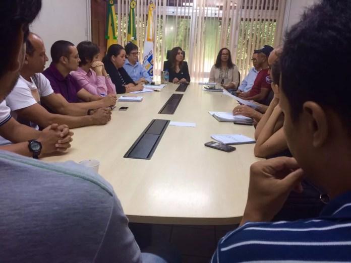 Trabalhadores se reuniram com a reitoria da universidade na manhã desta segunda (20) (Foto: Nattércia Damasceno/G1)